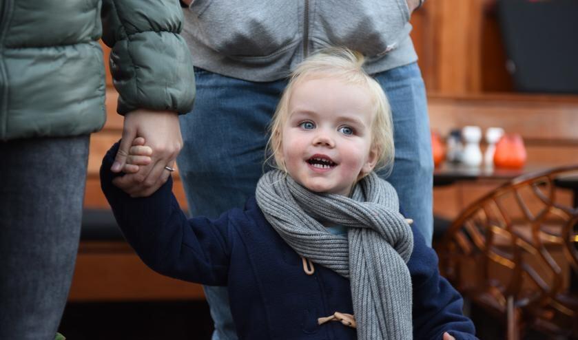 Veilig aan mama's hand, met papa vlak erachter, na een gezellig etentje bij Simonis in Scheveningen. Het leven was goed...
