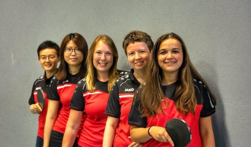 Het nieuwe damesteam van TTV DHC. V.l.n.r.: Jisiwei, Flora, Samenda, Olga en Annika (Foto: Arthur van Galen)
