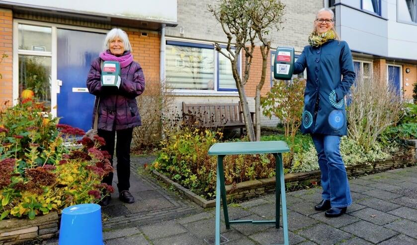 <p>Henny en Lonneke gaan met plezier langs de deuren (Foto: Koos Bommel&eacute;)</p>