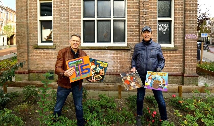 <p>Initiatiefnemer Aad Sosef en Tee-Set gitarist Polle Eduard verheugen zich op de plaatsing van het eerbetoon op het trafohuisje (Foto: Koos Bommel&eacute;)</p>