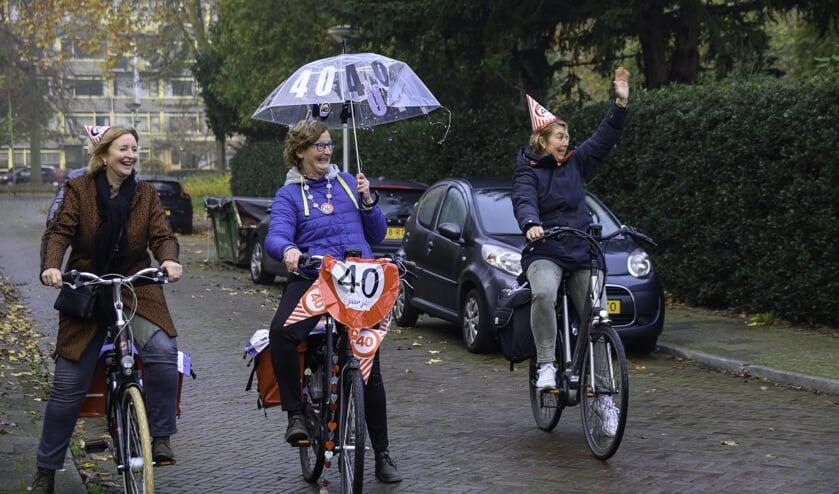 <p>Yvonne Kaijer, Linde Ras en Yvonne Den Haan bij hun aankomt bij &eacute;&eacute;n van de schoolgebouwen (Foto: Jos Harpman)&nbsp;</p>
