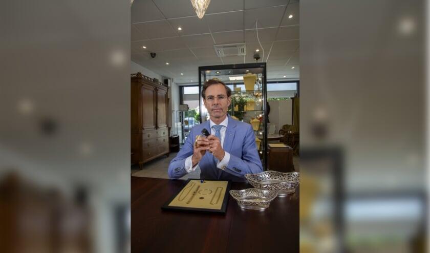 <p>Chris van Waes, Juwelier, Antiquair uit Poeldijk is gespecialiseerd in oude sieraden </p>