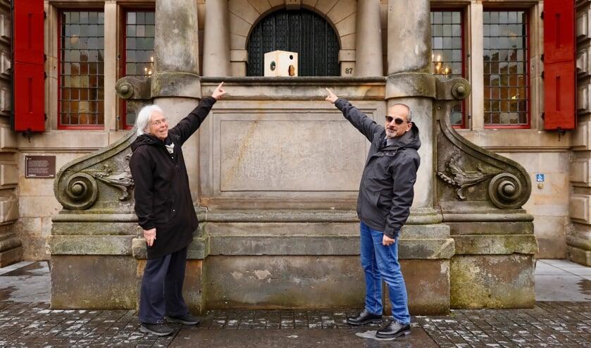 <p>Joke Tummers (links) geeft de Doorkijker deze maand door aan Tayseer Mawed (rechts) (Foto: Koos Bommel&eacute;)</p>