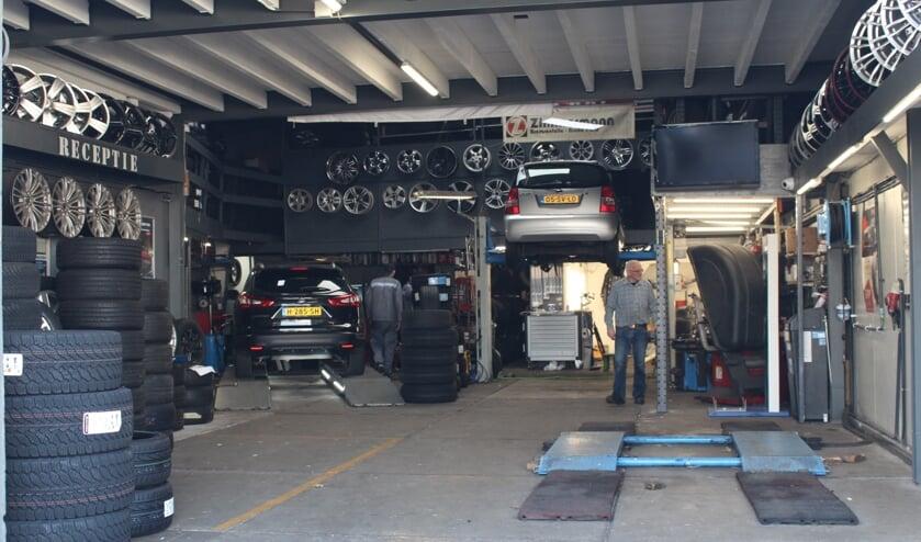 <p>Bij Sky Bandennet zetten ze vakkundig nieuwe banden onder uw auto. (Foto: EvE)&nbsp;</p>
