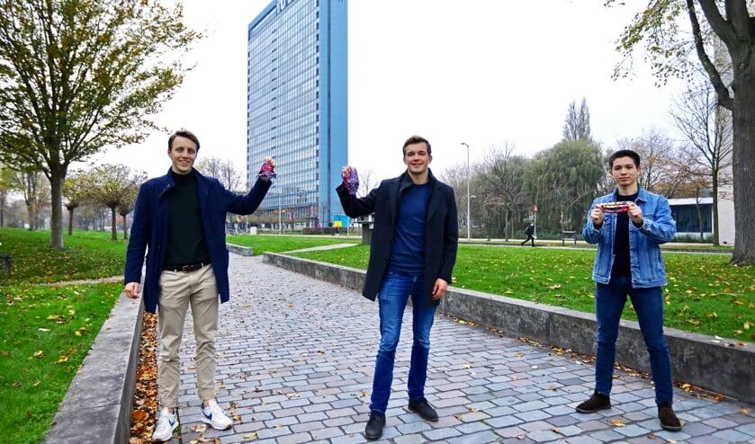 Studenten Laurens, Rolf en Tetsuo hopen met de verkoop van mondkapjes hun doelbedrag te behalen (Foto: Koos Bommelé)