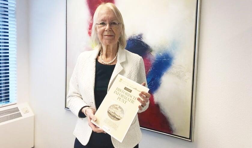 De burgemeester kreeg de eer om als eerste het boekje te ontvangen