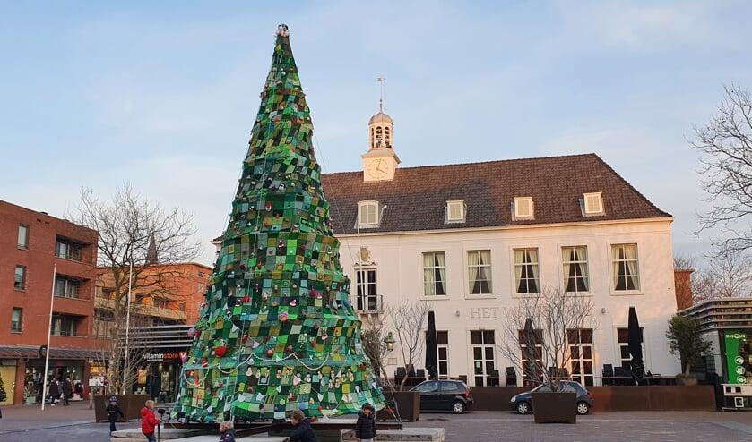 <p>De gehaakte kerstboom op het Raadhuisplein</p>