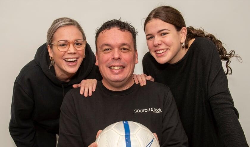 <p>Rob de Vries heeft als drukke zakenman nog tijd over voor zijn dochters Terra en Ise (foto: Roel van Dorsten)</p>