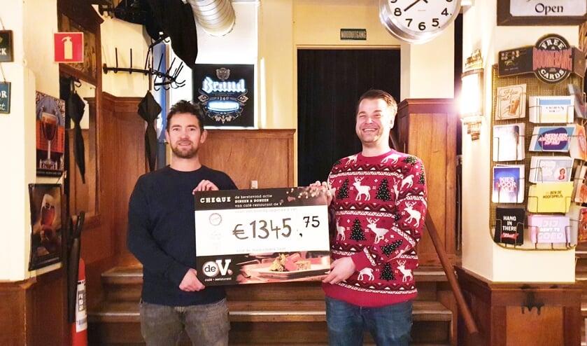 Jon Cornelese (voorzitter Stichting Couvert Extra) en Joris van Leeuwen (eigenaar café de V)