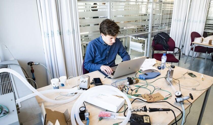 De studenten van de TU Delft werken hard aan de realisatie van beademingsapparatuur
