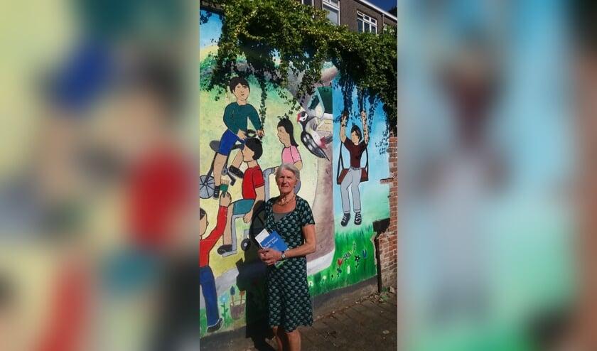 Annick de Bruin voor een muurschildering over kinderrechten