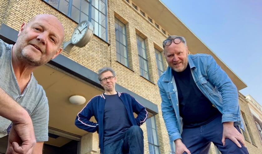 Kunstenaars Joost Konings, Wim van Egmond en Rob van Es voor het Bacinol