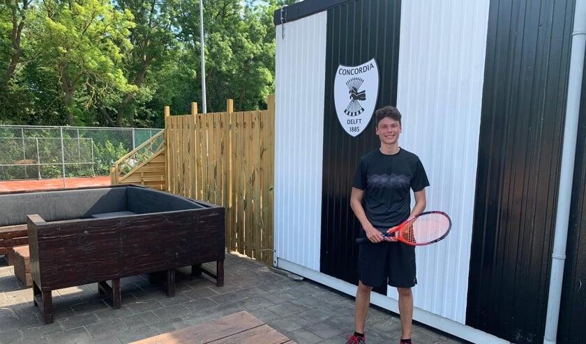 Arjan op het sportpark van Concordia, waar ook Tennisschool Delftsdubbel gevestigd is