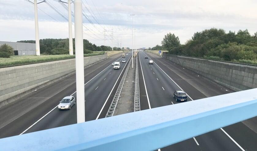 De A4 vanaf het aquaduct bij Den Hoorn, richting Kethel. Goed te zien is dat de brede vluchtstroken in beide richtingen al bij de weg-opening eind 2014 ruimte boden voor latere uitbreiding.