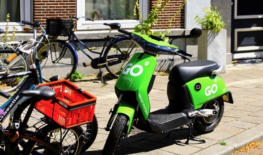 Delftenaren vrezen voor foutgeparkeerde deelscooters (Foto: Koos Bommelé)