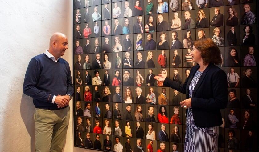 Mulder (Rabobank) en Moerman (Museum Prinsenhof) bij het Inhuldigingsportret koning der Nederlanden (Foto: Marco Zwinkels)