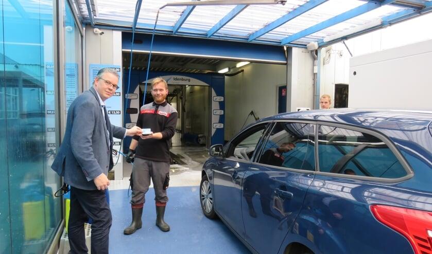 Robin Verhoef (Makro) wordt alvast geadviseerd door Thomas (Idenburg Car Solutions) bij de keuze voor een wasprogramma