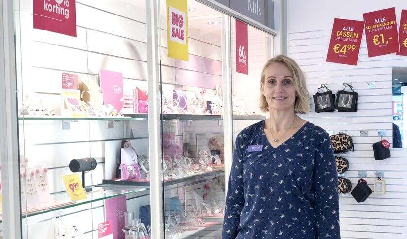 Lonneke is assistent-bedrijfsleider van Lucardi Juwelier in de Hoven Passage