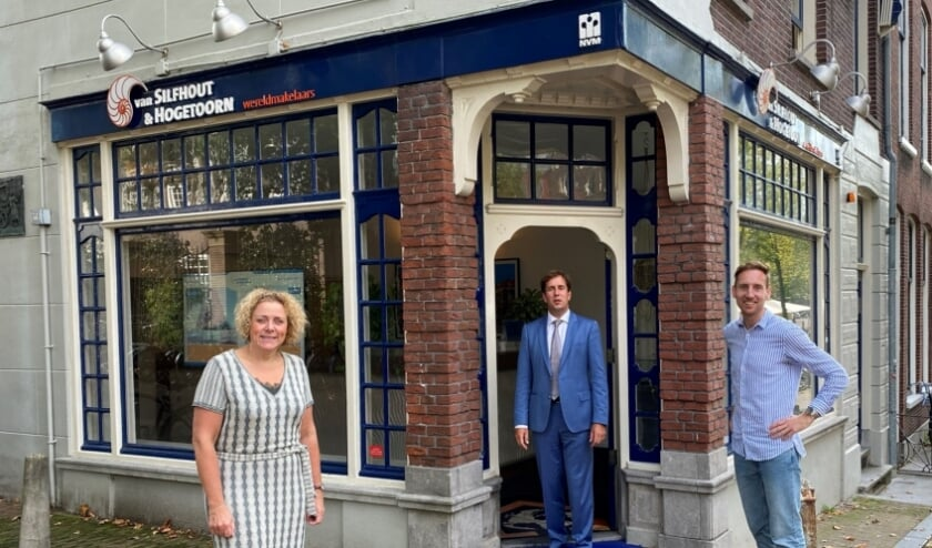 <p>Lisette, Jeroen en Rens voor het kantoor op de hoek van de Boterbrug en de Oude Delft.</p>