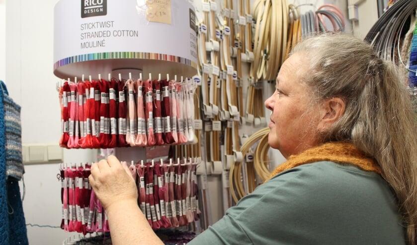 Borduren is in, en daarom heeft Atelier Kleurrijk Vilt nu ook een assortiment borduurzijde en borduurtoebehoren. (Foto: EvE)