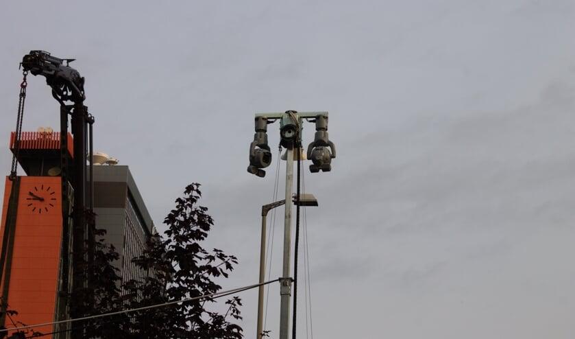 Een van de meerdere cameratorens die op de TU Delft campus zijn geplaatst
