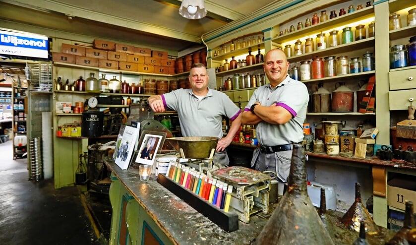 Michel en Walter in de verfwinkel, die er nog exact zo uitziet als vroeger (Foto: Koos Bommelé)