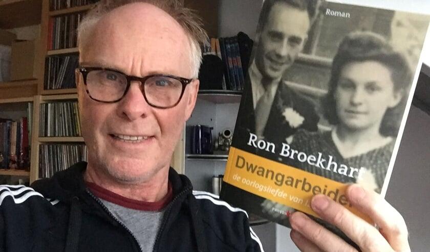 <p>Ron Broekhart en zijn recent verschenen debuutroman &#39;Dwangarbeid&#39;.</p>