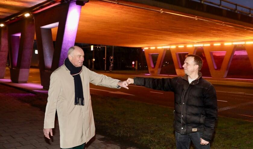 Jos de Mooij en de installateur bij de 'toegangspoort' tot het TU-gebied (Foto: Koos Bommelé)