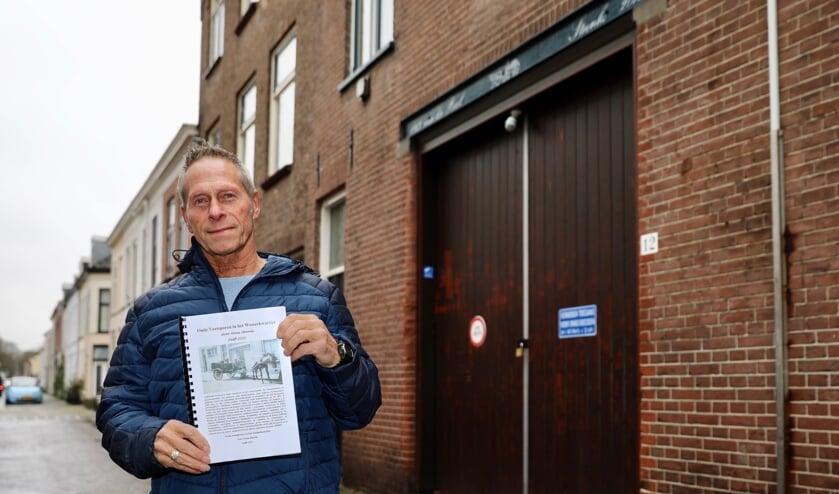 <p>Hans Steenks met zijn boek voor het oude pakhuis van zijn grootvader. (Foto: Koos Bommel&eacute;)</p>