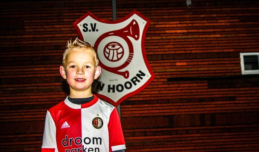 <p>De achtjarige Scott voetbalt zowel bij S.V. Den Hoorn als bij Feyenoord</p>