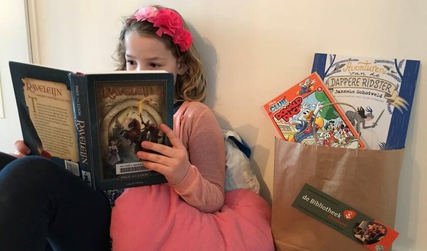 <p>Roos leest een boek van de boekenservice van de bibliotheek</p>