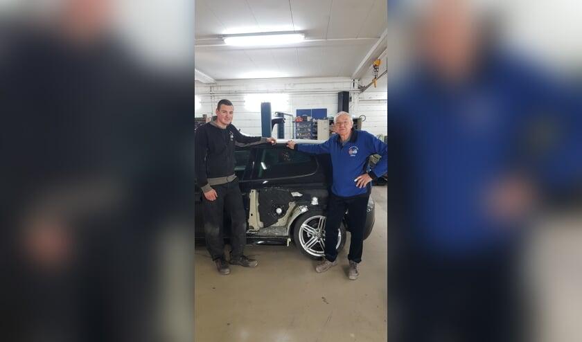 <p>Kleinzoon Nick en opa John van Bouman Autoschade.</p>