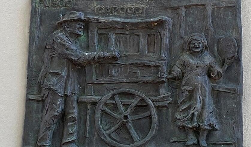<p>Plaquette van het orgeldraaiersechtpaar Fusco-Capocci op de Boterbrug.</p>