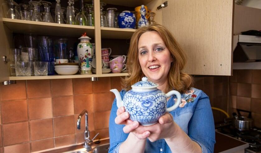 Conservator Suzanne Klüver van Museum Prinsenhof Delft met een porseleinen theepot uit haar eigen keukenkastje (Foto: Marco Zwinkels)