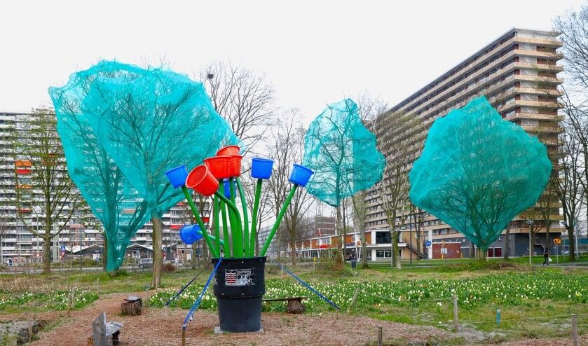 <p>De bomen die gekapt zullen worden op de locatie zijn reeds ingepakt om te voorkomen dat vogels er een broednest in maken (Foto: Koos Bommel&eacute;)</p>