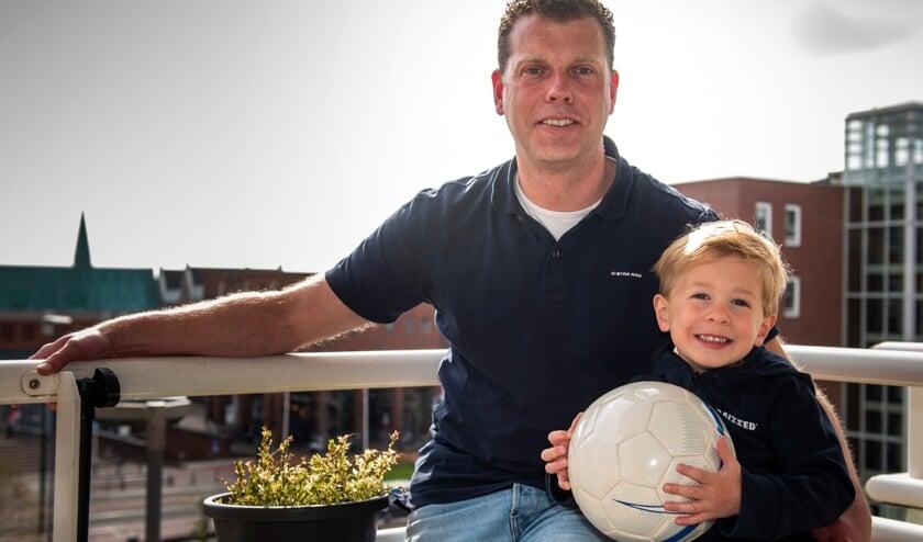 Mark van der Kaaij, op de foto met zoon Luuk, wil wel hardlopen: 'Maar dan achter een bal, gelukkig kan dat nog bij DHL.' (foto: Roel van Dorsten)