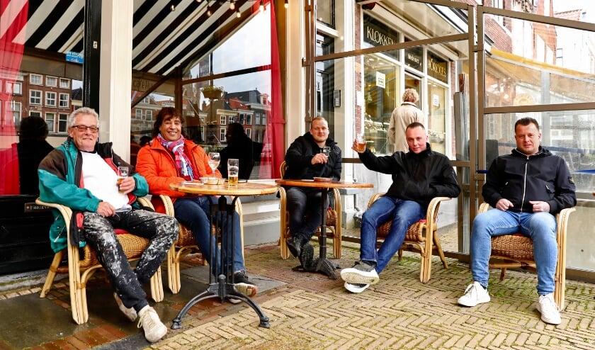 <p>Bezoekers genieten van een biertje op een terras op de markt. (Foto: Koos Bommel&eacute;)</p>