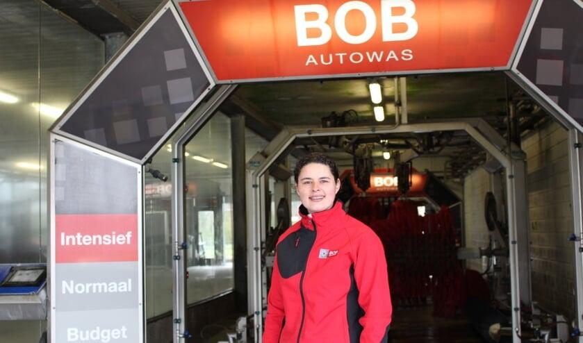 <p>Shenna heeft het prima naar haar zin bij BOB Autowas. (Foto: EvE)&nbsp;</p>
