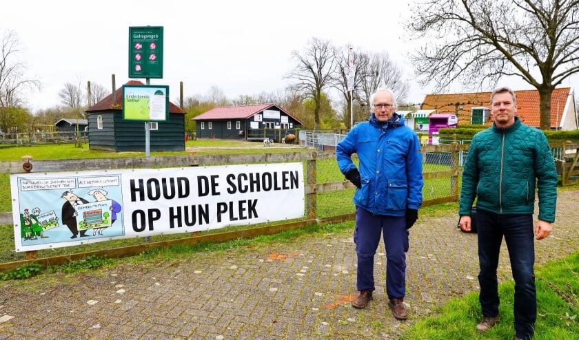 <p>Van links naar rechts: Geert van der Poelgeest, Voorzitter Natuurlijk Delfland en Paul Koopman voorzitter Stichting behoud kinderboerderij en kindertuin Tanthof (Foto: Koos Bommel&eacute;)</p>