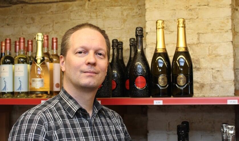 <p>Bart Kooiman van De Wijnstok vertelt graag over zijn producten, zoals de wijnen van Bellussi (Foto: EvE)</p>