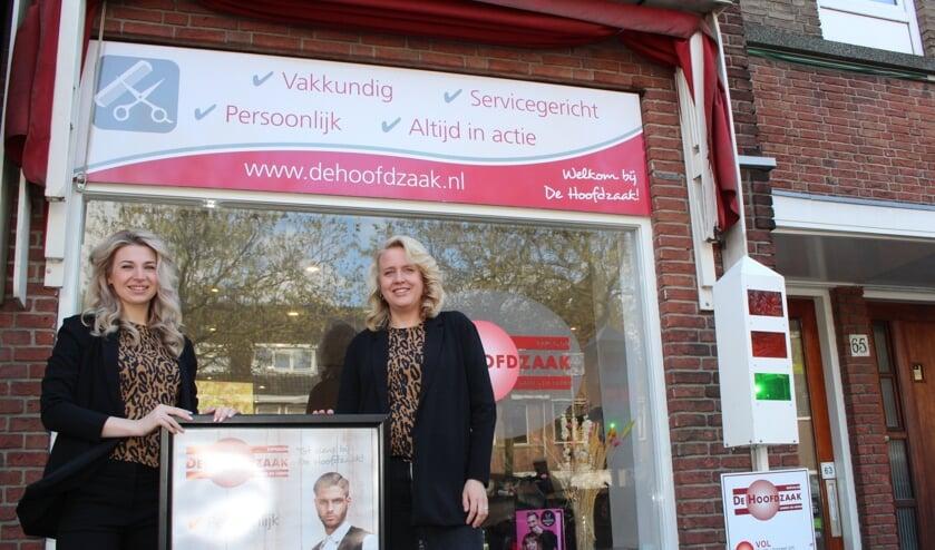 <p>Simone en Sylvia zijn echte kleurspecialisten bij De Hoofdzaak. (Foto: EvE)&nbsp;</p>