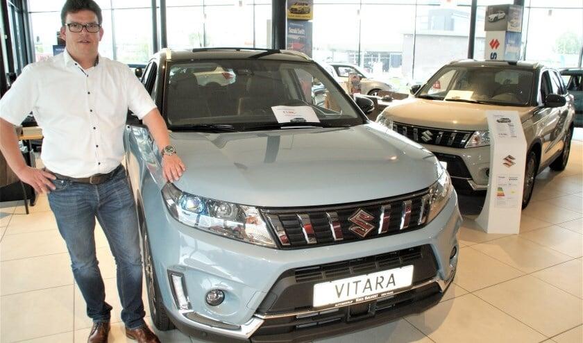 <p>Verkoopleider Wouter de Vos bij de Suzuki Vitara </p>
