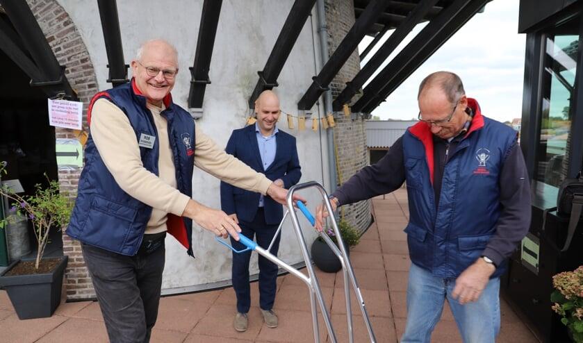 Rob Rosbergen en molenaar Gauke Weg met het cadeau van de gemeente. (foto en tekst: Erik van Leeuwen)