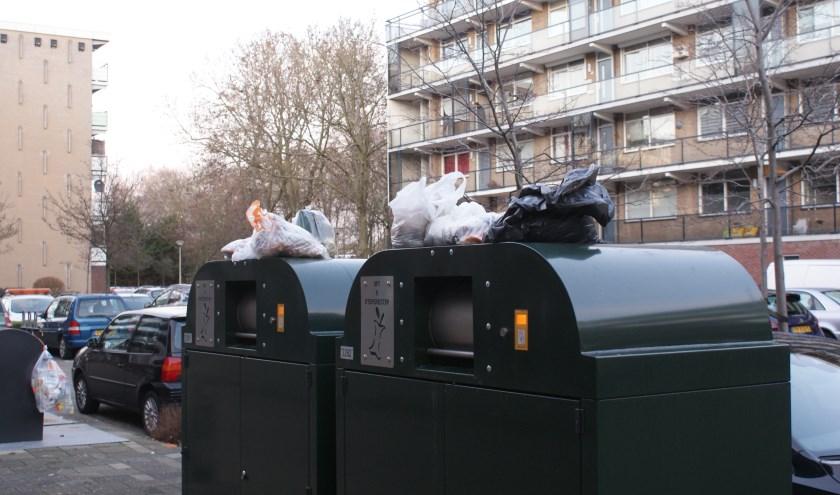 <p>Het gft-afval wordt uit frustratie soms bovenop de containers gelegd.</p>