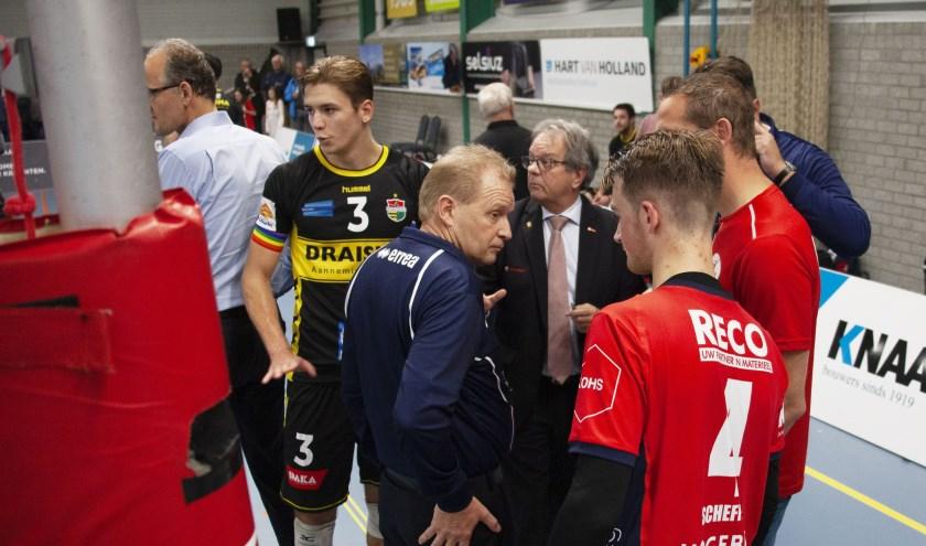 Koortsachtig overleg tussen scheidsrechter Koos Nederhoed, jurylid Huub van Buul en spelers van ZVH en Dynamo (foto: André Dirks).