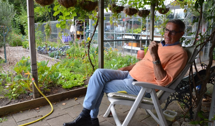 Hans Ros is in zijn element in de Moes-Tuin aan de Jacob Catslaan. (foto's en tekst: Nicole Lamers)