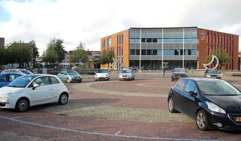 <p>Het plein voor het net opgeleverde stadhuis van Zuidplas ligt vol stenen.</p>