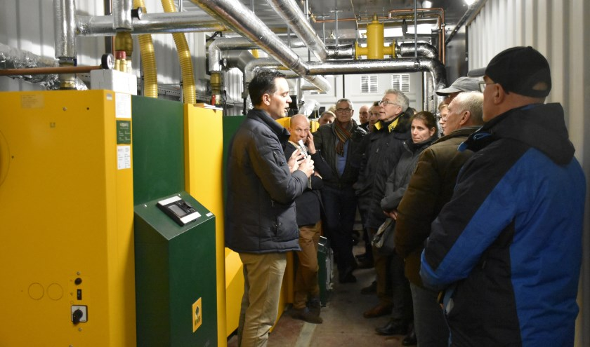 In maart werd uitleg gegeven over de biomassa-installatie bij zwembad De Sniep waardoor het zwembad van het gas af is. (foto:archief HvH)