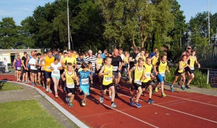 <p>Start van de Gouwebosloop op de atletiekbaan, in 2019.</p>