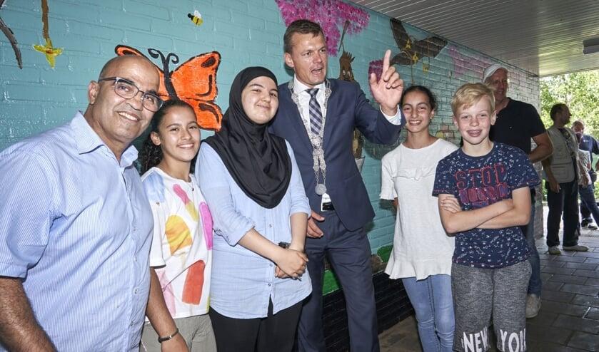 Burgemeester Evert Jan Nieuwenhuis prees de vrolijke schilderingen. (Foto:pr)